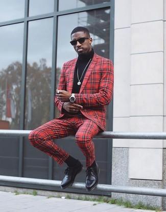 Wie kombinieren: roter Anzug mit Karomuster, schwarzer Rollkragenpullover, schwarze Leder Derby Schuhe, schwarze Sonnenbrille