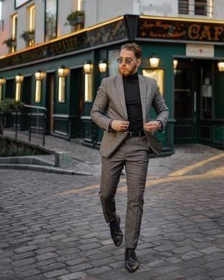 Schwarzen Rollkragenpullover kombinieren – 500+ Herren Outfits: Kombinieren Sie einen schwarzen Rollkragenpullover mit einem grauen Wollanzug für eine klassischen und verfeinerte Silhouette. Schwarze Leder Derby Schuhe fügen sich nahtlos in einer Vielzahl von Outfits ein.