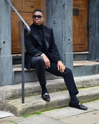 Dunkelblaue Socken kombinieren – 500+ Herren Outfits: Erwägen Sie das Tragen von einem dunkelblauen Cordanzug und dunkelblauen Socken für ein sonntägliches Mittagessen mit Freunden. Fühlen Sie sich mutig? Wählen Sie schwarzen Doppelmonks aus Leder.