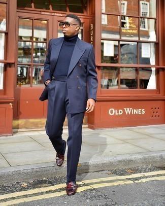 Dunkelblaue Socken kombinieren – 500+ Herren Outfits: Erwägen Sie das Tragen von einem dunkelblauen Anzug und dunkelblauen Socken für ein Alltagsoutfit, das Charakter und Persönlichkeit ausstrahlt. Machen Sie Ihr Outfit mit dunkelroten Doppelmonks aus Leder eleganter.