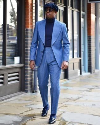 Dunkelblaue Socken kombinieren – 500+ Herren Outfits: Tragen Sie einen blauen Anzug und dunkelblauen Socken, um mühelos alles zu meistern, was auch immer der Tag bringen mag. Putzen Sie Ihr Outfit mit dunkelblauen Doppelmonks aus Leder.