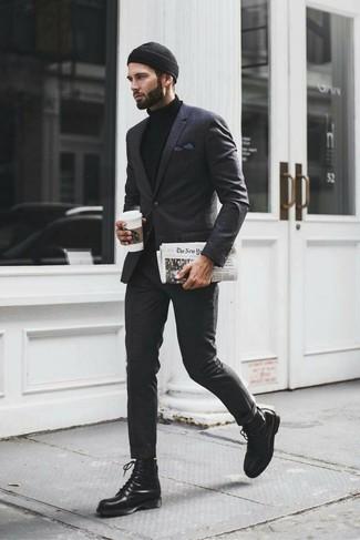 Wie kombinieren: dunkelgrauer Anzug mit Schottenmuster, schwarzer Rollkragenpullover, schwarze Lederfreizeitstiefel, schwarze Mütze