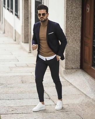 Dunkelblauen Anzug kombinieren: trends 2020: Kombinieren Sie einen dunkelblauen Anzug mit einem beige Rollkragenpullover für eine klassischen und verfeinerte Silhouette. Fühlen Sie sich ideenreich? Entscheiden Sie sich für weißen Segeltuch niedrige Sneakers.