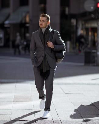 Wie kombinieren: dunkelgrauer vertikal gestreifter Anzug, grauer Rollkragenpullover, weiße niedrige Sneakers, schwarzer Leder Rucksack