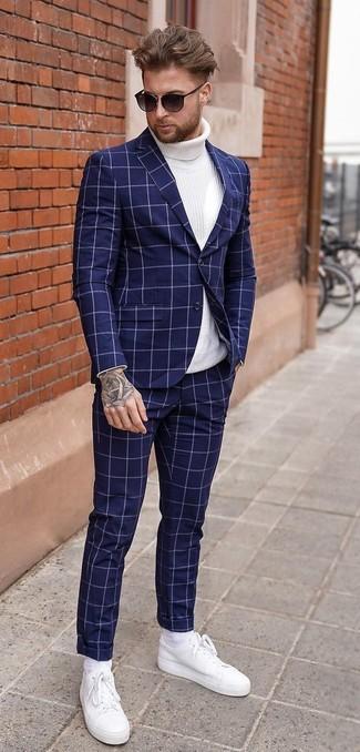 Wie kombinieren: dunkelblauer Anzug mit Karomuster, weißer Strick Rollkragenpullover, weiße Leder niedrige Sneakers, schwarze Sonnenbrille