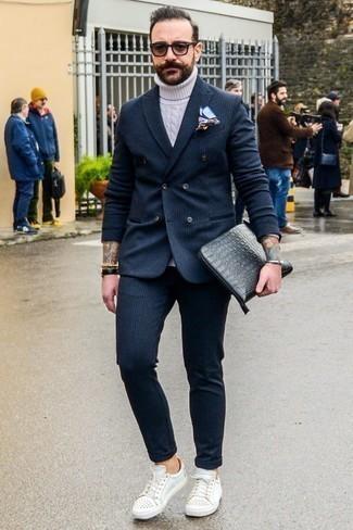 Taschen kombinieren: trends 2020: Kombinieren Sie einen dunkelgrauen vertikal gestreiften Anzug mit Taschen für ein großartiges Wochenend-Outfit. Weiße beschlagene Leder niedrige Sneakers fügen sich nahtlos in einer Vielzahl von Outfits ein.