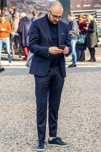 Dunkelblauen Anzug kombinieren: trends 2020: Etwas Einfaches wie die Wahl von einem dunkelblauen Anzug und einem dunkelblauen Rollkragenpullover kann Sie von der Menge abheben. Bringen Sie die Dinge durcheinander, indem Sie dunkelblauen Leder niedrige Sneakers mit diesem Outfit tragen.