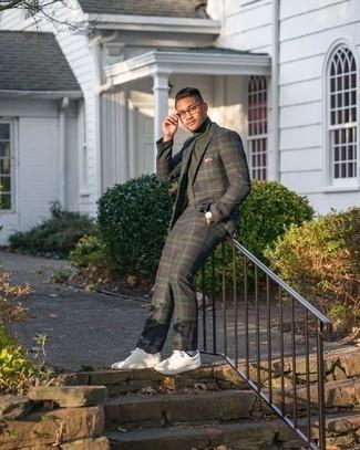 Hellblaue Socken kombinieren – 137 Herren Outfits: Die Paarung aus einem dunkelblauen und grünen Anzug mit Schottenmuster und hellblauen Socken ist eine komfortable Wahl, um Besorgungen in der Stadt zu erledigen. Weiße Leder niedrige Sneakers sind eine perfekte Wahl, um dieses Outfit zu vervollständigen.