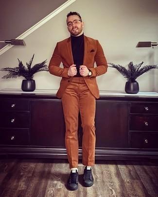 Dunkelbraunes Einstecktuch kombinieren – 440 Herren Outfits: Paaren Sie einen rotbraunen Anzug mit einem dunkelbraunen Einstecktuch für ein bequemes Outfit, das außerdem gut zusammen passt. Schwarze Segeltuch niedrige Sneakers sind eine kluge Wahl, um dieses Outfit zu vervollständigen.