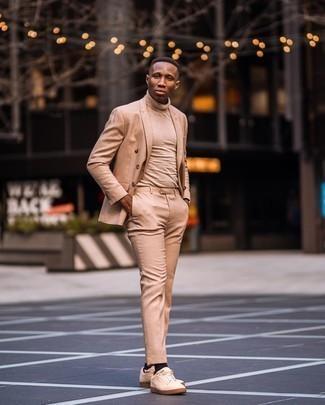 Beige Anzug kombinieren – 500+ Herren Outfits: Erwägen Sie das Tragen von einem beige Anzug und einem beige Rollkragenpullover für einen stilvollen, eleganten Look. Fühlen Sie sich mutig? Ergänzen Sie Ihr Outfit mit hellbeige Segeltuch niedrigen Sneakers.