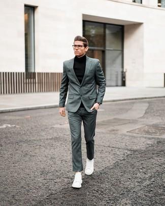 Schwarzen Rollkragenpullover kombinieren – 187 Frühling Herren Outfits: Kombinieren Sie einen schwarzen Rollkragenpullover mit einem dunkelgrünen Anzug, um vor Klasse und Perfektion zu strotzen. Fühlen Sie sich mutig? Wählen Sie weißen Leder niedrige Sneakers. Der Look ist ja mega und passt toll zu der Übergangszeit.
