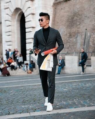 Schwarzen Rollkragenpullover kombinieren – 187 Frühling Herren Outfits: Erwägen Sie das Tragen von einem schwarzen Rollkragenpullover und einem schwarzen und weißen vertikal gestreiften Anzug für Ihren Bürojob. Warum kombinieren Sie Ihr Outfit für einen legereren Auftritt nicht mal mit weißen Segeltuch niedrigen Sneakers? Dieses Outfit ist super für den Frühling und gefallen uns sehr gut.