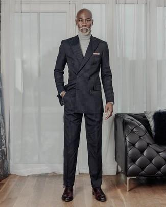 Grauen Rollkragenpullover kombinieren: trends 2020: Erwägen Sie das Tragen von einem grauen Rollkragenpullover und einem schwarzen vertikal gestreiften Anzug, wenn Sie einen gepflegten und stylischen Look wollen. Vervollständigen Sie Ihr Outfit mit dunkelroten Leder Oxford Schuhen, um Ihr Modebewusstsein zu zeigen.