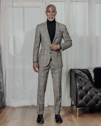 Schwarzen Rollkragenpullover kombinieren – 1045+ Herren Outfits: Tragen Sie einen schwarzen Rollkragenpullover und einen grauen Anzug mit Schottenmuster, wenn Sie einen gepflegten und stylischen Look wollen. Entscheiden Sie sich für schwarzen Leder Oxford Schuhe, um Ihr Modebewusstsein zu zeigen.