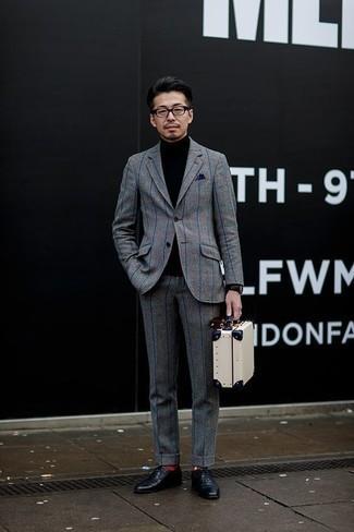Schwarze Leder Oxford Schuhe kombinieren: trends 2020: Etwas Einfaches wie die Paarung aus einem grauen Anzug mit Karomuster und einem schwarzen Rollkragenpullover kann Sie von der Menge abheben. Schwarze Leder Oxford Schuhe bringen Eleganz zu einem ansonsten schlichten Look.