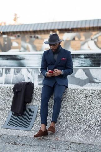 Wie kombinieren: dunkelblauer Anzug, grauer Rollkragenpullover, braune Wildleder Slipper, dunkelgrauer Wollhut