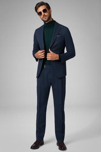 Dunkelbraune Leder Slipper kombinieren: Entscheiden Sie sich für einen dunkelblauen Anzug und einen dunkelgrünen Rollkragenpullover, um vor Klasse und Perfektion zu strotzen. Dunkelbraune Leder Slipper sind eine kluge Wahl, um dieses Outfit zu vervollständigen.