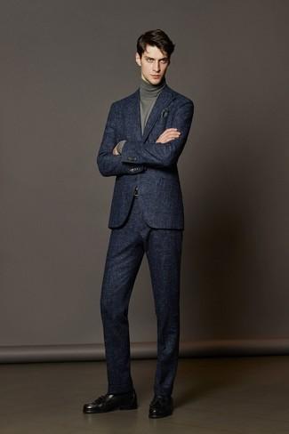 dunkelblauer Wollanzug, grauer Rollkragenpullover, schwarze Leder Slipper mit Quasten, dunkelgrünes Einstecktuch für Herren