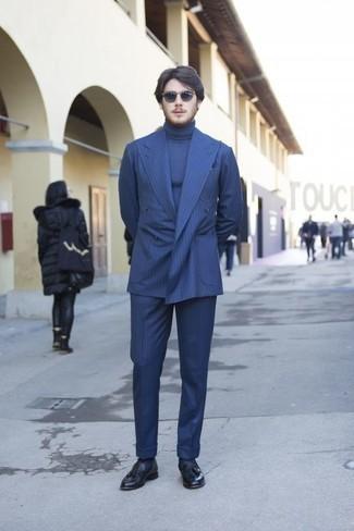 Blauen vertikal gestreiften Anzug kombinieren: trends 2020: Paaren Sie einen blauen vertikal gestreiften Anzug mit einem blauen Rollkragenpullover für einen stilvollen, eleganten Look. Putzen Sie Ihr Outfit mit dunkelblauen Leder Slippern mit Quasten.