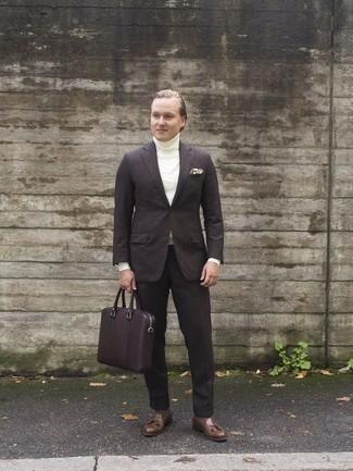 Mode für Herren ab 30 2020: Machen Sie sich mit einem dunkelbraunen Anzug und einem weißen Rollkragenpullover einen verfeinerten, eleganten Stil zu Nutze. Ergänzen Sie Ihr Look mit braunen Leder Slippern mit Quasten.