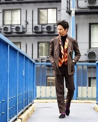 Schwarzen Rollkragenpullover kombinieren – 699+ Herren Outfits: Erwägen Sie das Tragen von einem schwarzen Rollkragenpullover und einem braunen Anzug für eine klassischen und verfeinerte Silhouette. Dieses Outfit passt hervorragend zusammen mit dunkelbraunen Wildleder Slippern mit Quasten.