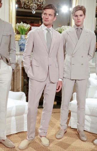 Wie kombinieren: rosa Anzug, weißes Businesshemd, hellbeige Segeltuch Espadrilles, hellbeige Krawatte