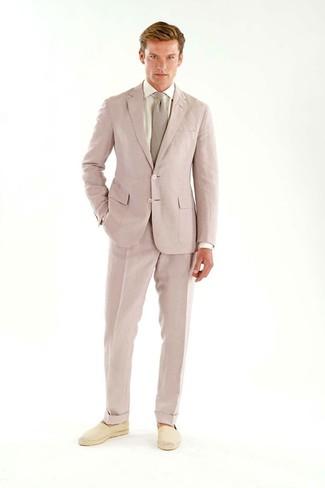Wie kombinieren: rosa Anzug, weißes Businesshemd, hellbeige Segeltuch Espadrilles, rosa Krawatte