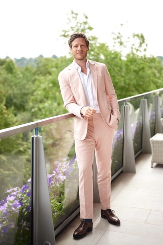 Wie kombinieren: rosa Anzug, weißes Langarmhemd, dunkelbraune Leder Oxford Schuhe, dunkeltürkise Socken