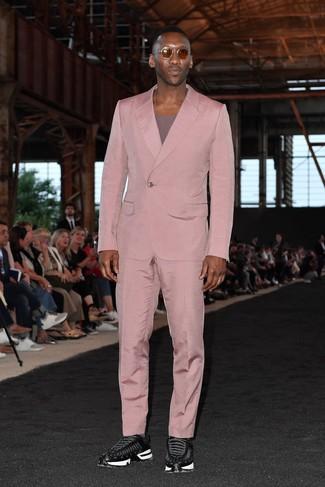 Wie kombinieren: rosa Anzug, lila T-Shirt mit einem Rundhalsausschnitt, schwarze Sportschuhe, braune Sonnenbrille