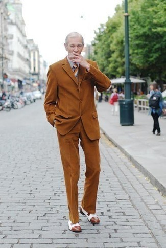 60 Jährige: Outfits Herren 2021: Entscheiden Sie sich für einen rotbraunen Anzug und ein graues Businesshemd für eine klassischen und verfeinerte Silhouette. Wenn Sie nicht durch und durch formal auftreten möchten, komplettieren Sie Ihr Outfit mit weißen Leder Derby Schuhen.