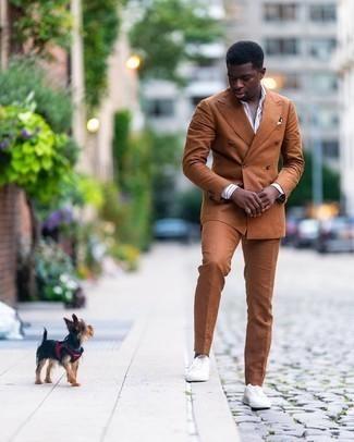 Rotbraunen Anzug kombinieren – 457 Herren Outfits: Vereinigen Sie einen rotbraunen Anzug mit einem weißen und blauen vertikal gestreiften Businesshemd für eine klassischen und verfeinerte Silhouette. Suchen Sie nach leichtem Schuhwerk? Komplettieren Sie Ihr Outfit mit weißen Segeltuch niedrigen Sneakers für den Tag.
