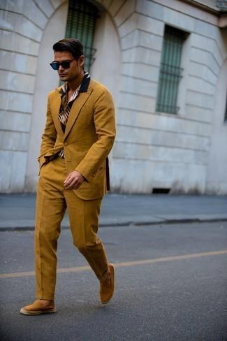 Espadrilles kombinieren – 389 Herren Outfits: Die Paarung aus einem rotbraunen Anzug und einem dunkelblauen bedruckten Kurzarmhemd ist eine großartige Wahl für einen Tag im Büro. Fühlen Sie sich mutig? Ergänzen Sie Ihr Outfit mit Espadrilles.