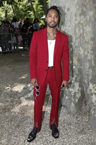 Wie kombinieren: roter Anzug, weißes Trägershirt, schwarze verzierte Leder Oxford Schuhe, schwarzer Ledergürtel