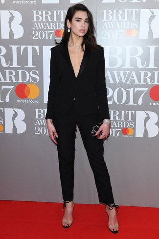 Wie kombinieren: schwarzer Anzug, transparente Gummi Sandaletten, schwarze Clutch, transparente Halskette