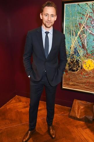 Wie kombinieren: schwarzer Anzug, hellblaues vertikal gestreiftes Businesshemd, braune Leder Derby Schuhe, dunkelblaue bedruckte Krawatte