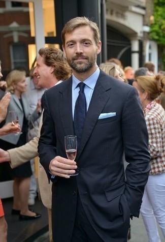 Wie kombinieren: schwarzer vertikal gestreifter Anzug, hellblaues Businesshemd, dunkelblaue Krawatte, hellblaues Einstecktuch