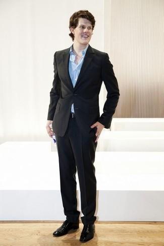 Schwarze Leder Oxford Schuhe kombinieren: trends 2020: Paaren Sie einen schwarzen Anzug mit einem hellblauen Businesshemd für eine klassischen und verfeinerte Silhouette. Schwarze Leder Oxford Schuhe sind eine perfekte Wahl, um dieses Outfit zu vervollständigen.