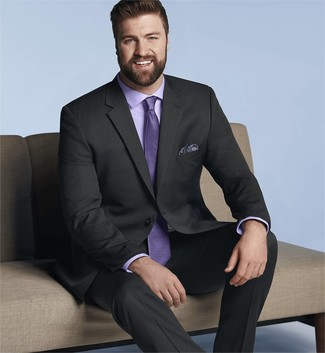 Wie kombinieren: schwarzer Anzug, hellviolettes Businesshemd, hellviolette Krawatte, dunkelblaues Einstecktuch mit Paisley-Muster