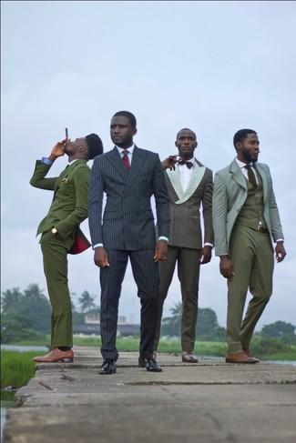 Wie kombinieren: schwarzer vertikal gestreifter Anzug, mintgrünes Businesshemd, schwarze Leder Derby Schuhe, rote Krawatte mit Schottenmuster