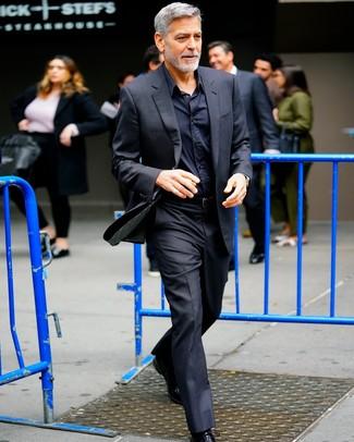 Wie kombinieren: schwarzer Anzug, schwarzes Businesshemd, schwarze Leder Oxford Schuhe, schwarzer Ledergürtel