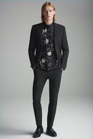 Wie kombinieren: schwarzer Anzug, schwarzes Businesshemd mit Blumenmuster, schwarze Leder Slipper, schwarze Socke