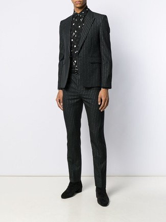 Wie kombinieren: schwarzer vertikal gestreifter Anzug, schwarzes und weißes bedrucktes Businesshemd, schwarze Chelsea-Stiefel aus Wildleder, schwarzer Ledergürtel