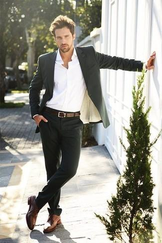 Tragen Sie einen schwarzen Anzug und ein weißes Businesshemd für einen stilvollen, eleganten Look. Suchen Sie nach leichtem Schuhwerk? Ergänzen Sie Ihr Outfit mit braunen leder derby schuhen für den Tag.