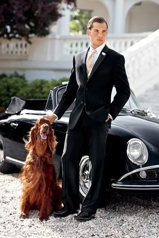 Hellbeige Krawatte mit Paisley-Muster kombinieren: trends 2020: Geben Sie den bestmöglichen Look ab in einem schwarzen Anzug und einer hellbeige Krawatte mit Paisley-Muster. Fühlen Sie sich mutig? Komplettieren Sie Ihr Outfit mit schwarzen Leder Derby Schuhen.