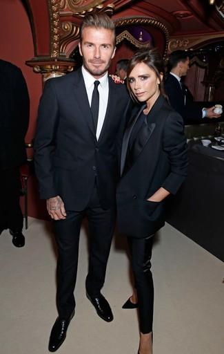 David Beckham trägt Schwarzer Anzug, Weißes Businesshemd, Schwarze Leder Derby Schuhe, Schwarze Krawatte