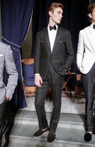 Wie kombinieren: schwarzer Anzug, weißes Businesshemd, schwarze Segeltuch Espadrilles, schwarze Seidekrawatte