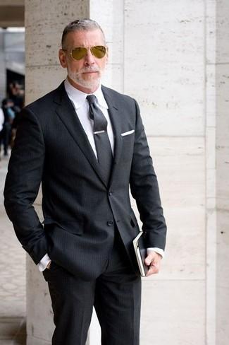 Wie kombinieren: schwarzer vertikal gestreifter Anzug, weißes Businesshemd, dunkelgraue Krawatte, weißes Einstecktuch