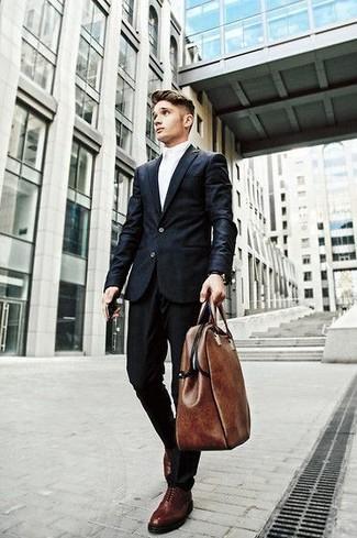 Wie kombinieren: schwarzer Anzug, weißes Businesshemd, dunkelrote Leder Oxford Schuhe, braune Shopper Tasche aus Leder