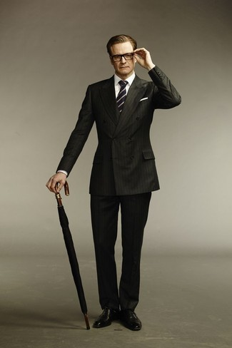 Wie kombinieren: schwarzer vertikal gestreifter Anzug, weißes Businesshemd, schwarze Leder Oxford Schuhe, dunkelblaue und weiße vertikal gestreifte Krawatte