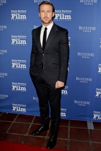 Ryan Gosling trägt Schwarzer vertikal gestreifter Anzug, Weißes Businesshemd, Schwarze Leder Oxford Schuhe, Schwarze Krawatte
